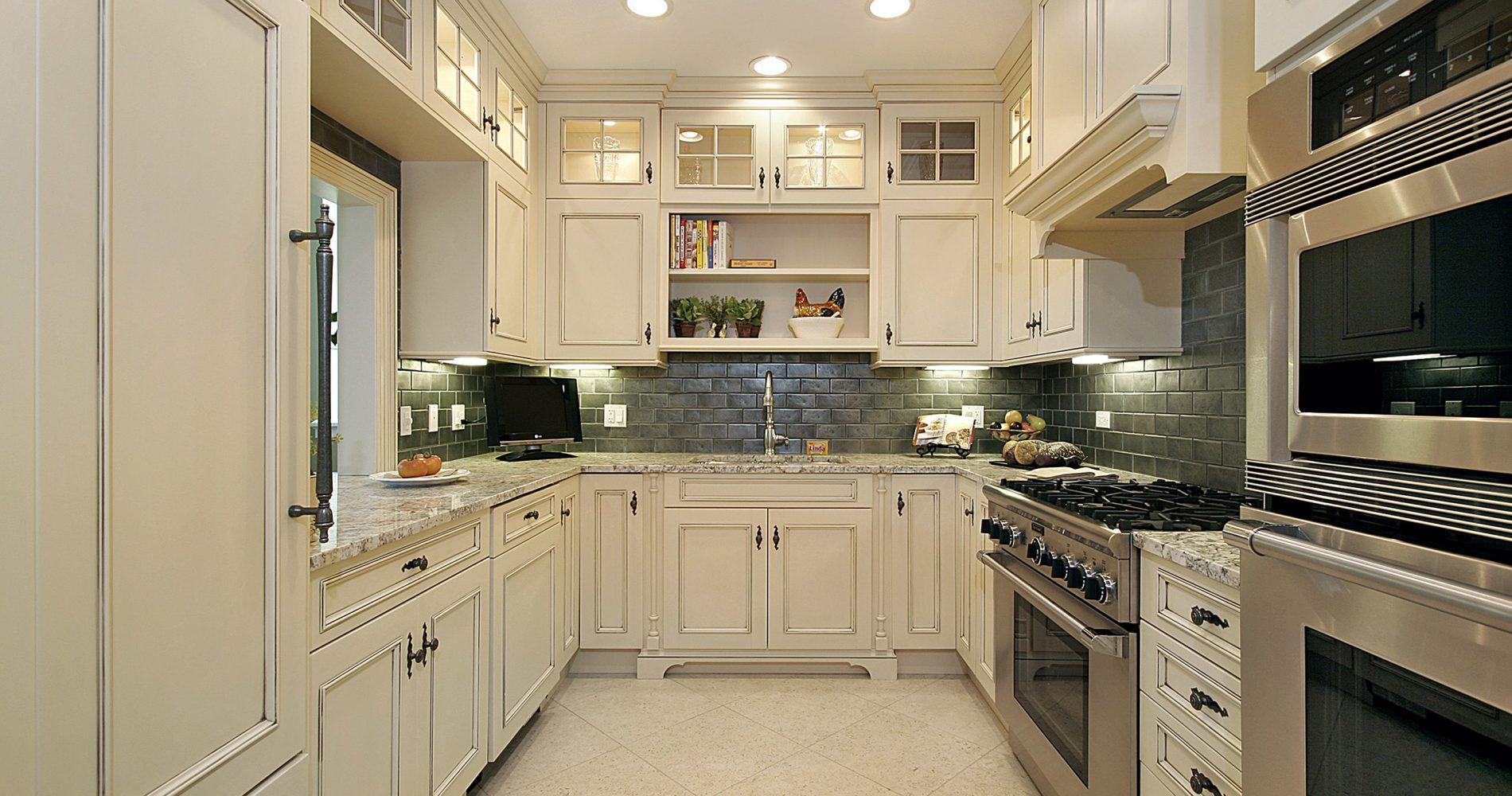 biała kuchnia z drewna